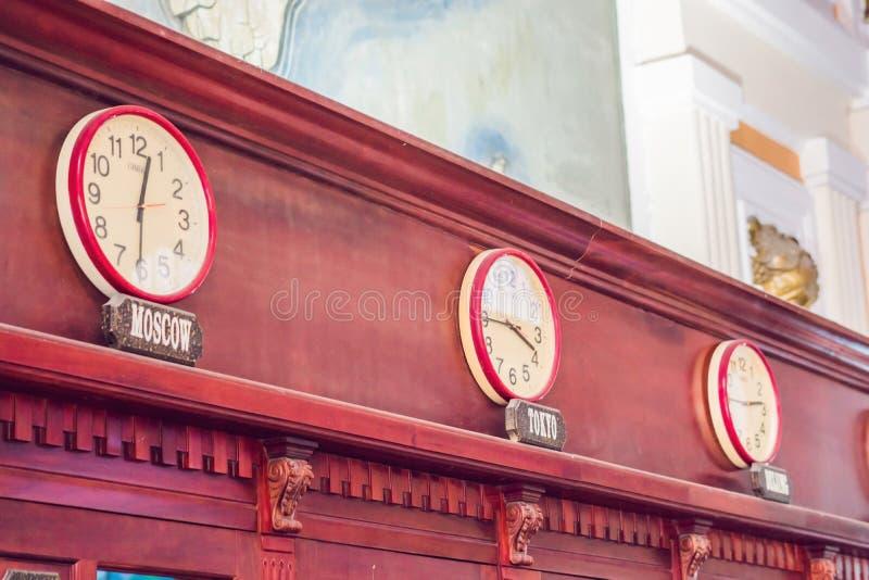 Orologi di parete che mostrano tempo nelle capitali differenti del mondo fotografia stock libera da diritti