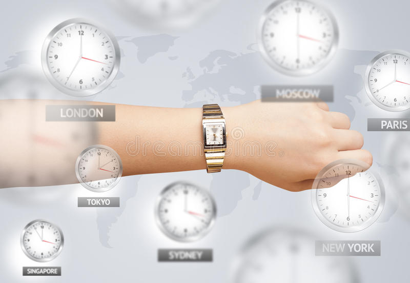 Orologi e fasce orarie sopra il mondo immagini stock libere da diritti