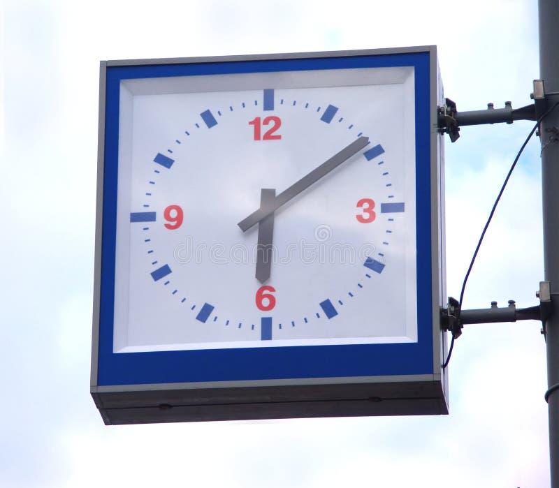 Orologi quadrati della via su cielo blu con le nubi fotografie stock