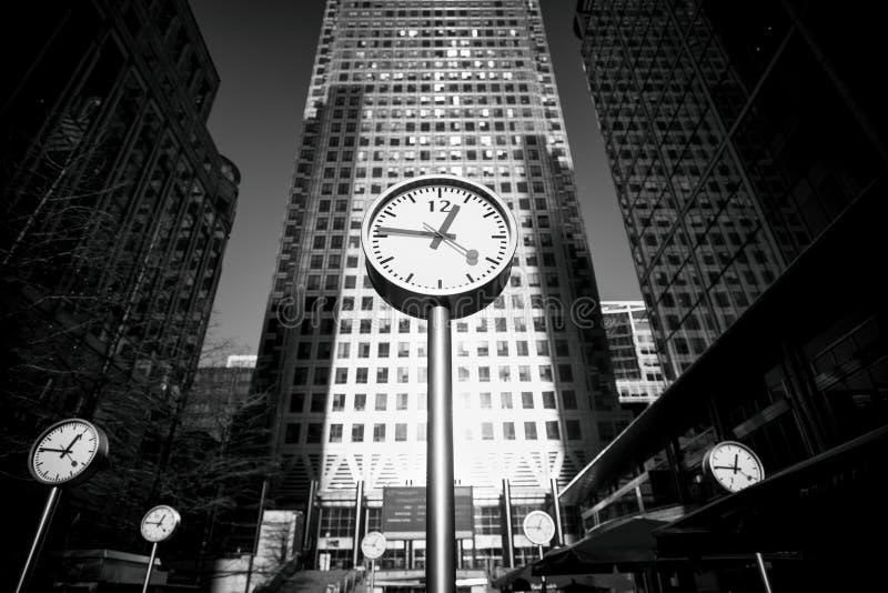 Orologi su un quadrato del Canada in Canary Wharf immagine stock libera da diritti