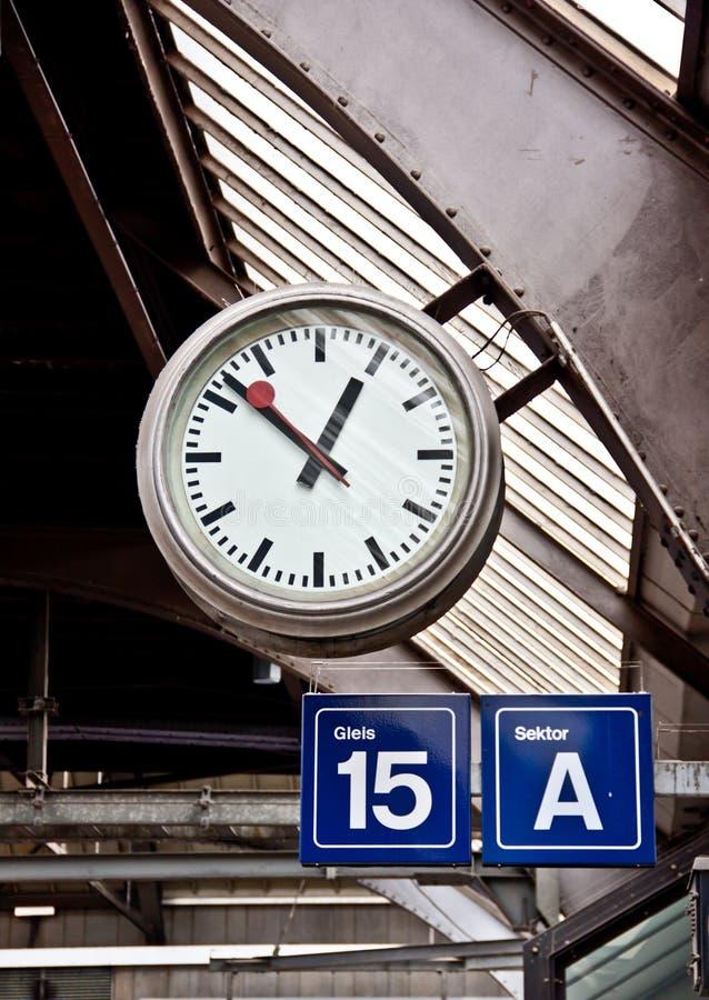 Orologio alla stazione ferroviaria immagine stock for Orologio da stazione