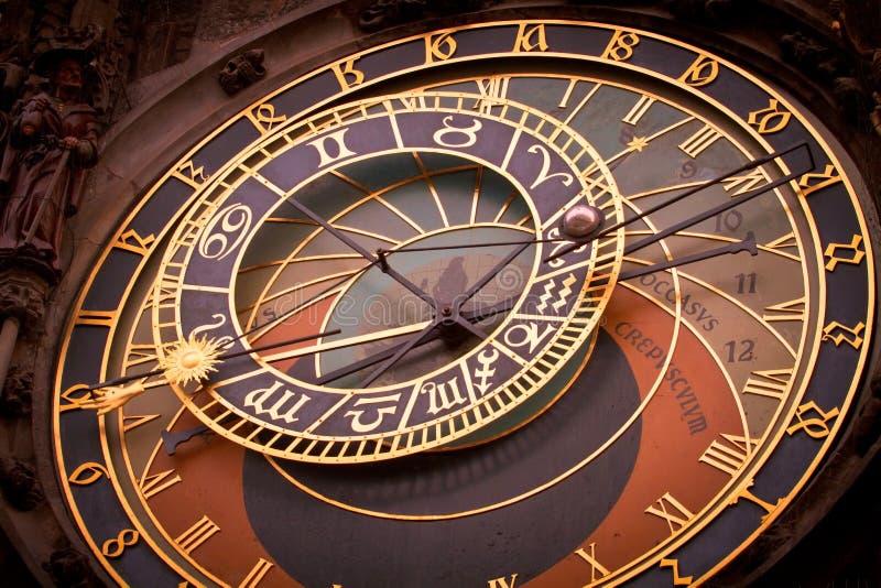 Orologio astronomico a Praga all'alba fotografie stock libere da diritti