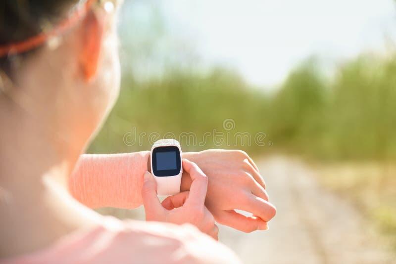 Orologio astuto per lo sport con il cardiofrequenzimetro fotografie stock
