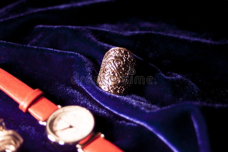 Orologio classico della donna del primo piano con il braccialetto di cuoio fotografie stock libere da diritti