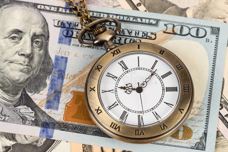 Orologio d'annata dell'orologio da tasca sul concetto della banconota del dollaro per valore di tempo dei soldi fotografie stock libere da diritti