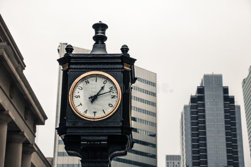 Orologio d'annata fuori della stazione del sindacato fotografie stock libere da diritti