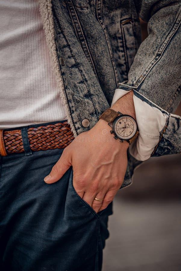 Orologio d'avanguardia sulla mano dell'uomo fotografia stock