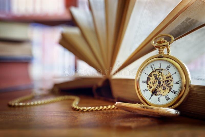Orologio da tasca in biblioteca o nello studio fotografia stock libera da diritti