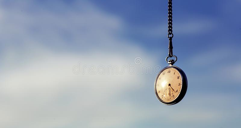 Orologio da tasca che pende dal cielo fotografie stock libere da diritti
