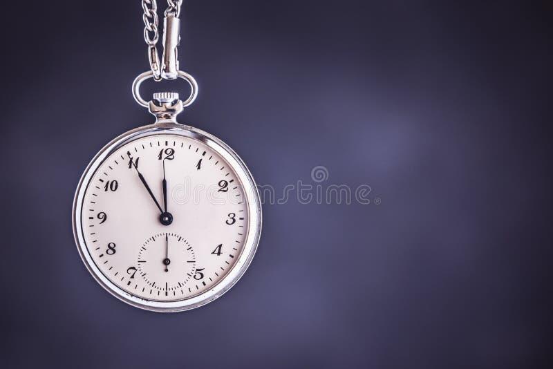 Orologio da tasca d'annata su fondo scuro Concetto della gestione di tempo e di termine immagine stock