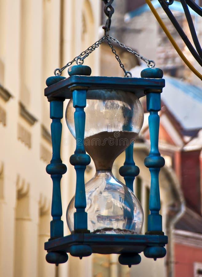 Orologio decorativo della sabbia nella vecchia città di Riga, Latvia immagine stock libera da diritti