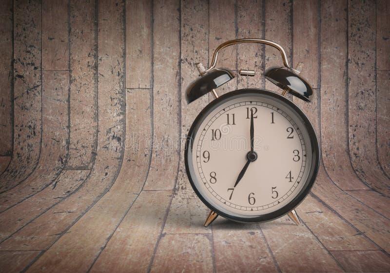 orologio del ` del ` s sette o già, tempo di svegliare per la prima colazione, sveglia metallica nera vecchia d'annata fotografie stock libere da diritti