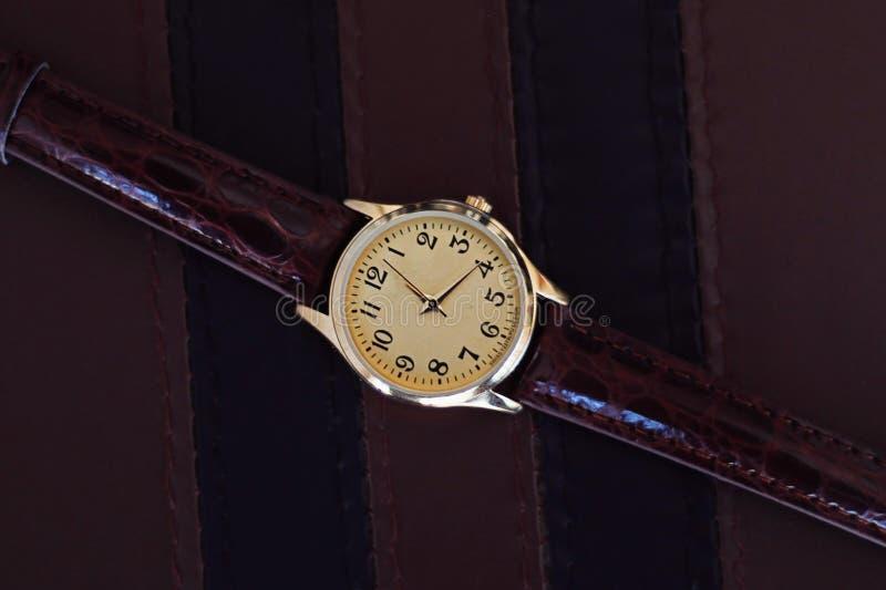Orologio del quarzo con la cinghia di cuoio fotografia stock libera da diritti