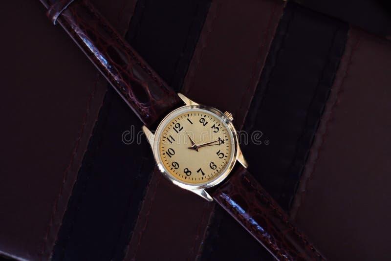 Orologio del quarzo con la cinghia di cuoio immagine stock libera da diritti