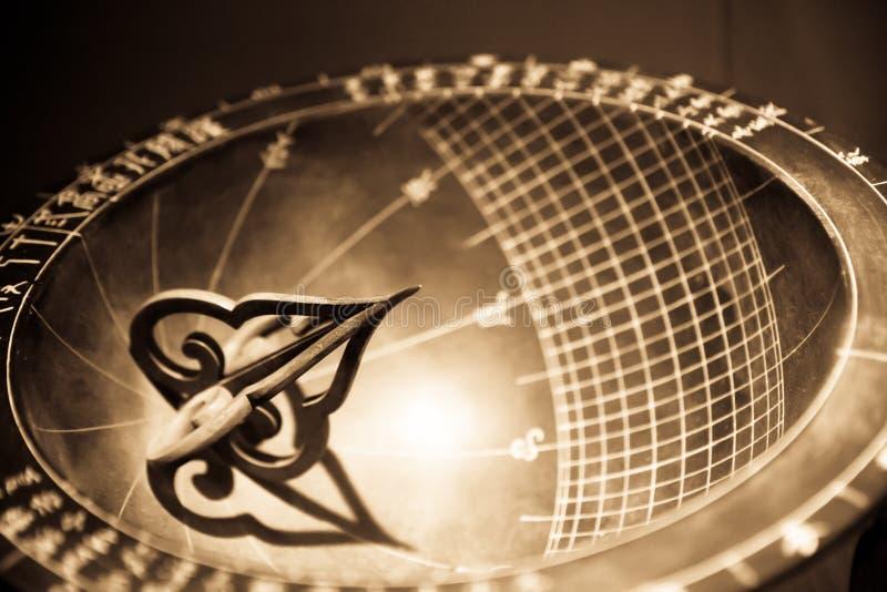 Orologio del sundial dell'annata immagine stock