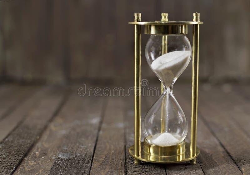 Orologio della sabbia su legno immagini stock libere da diritti