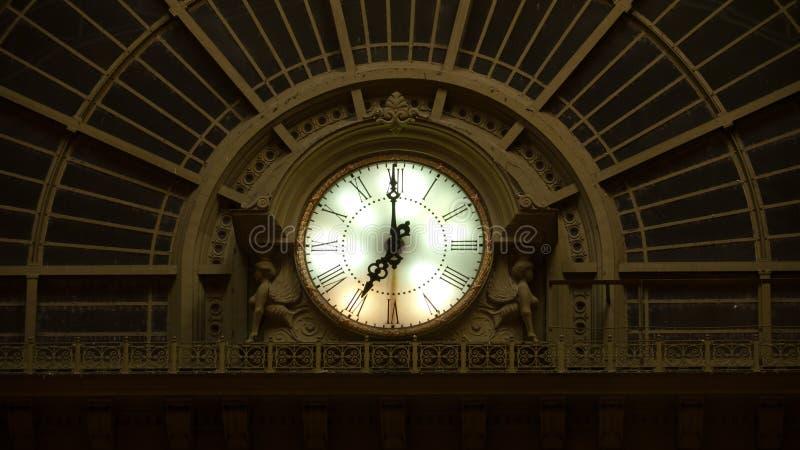 Orologio della stazione ferroviaria di Keleti a Budapest immagini stock