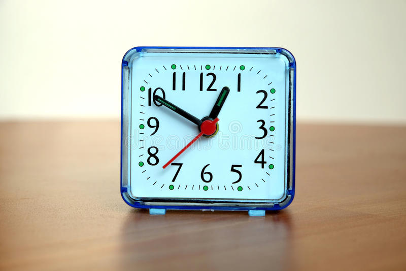 Orologio della Tabella sulla tavola di legno fotografie stock