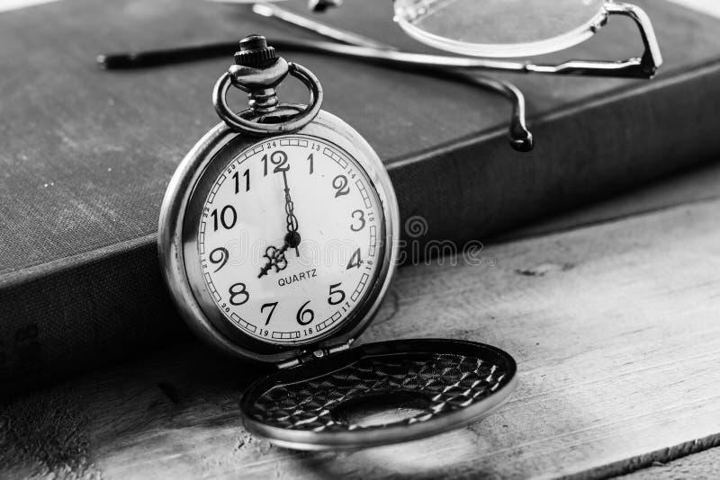 Orologio della tasca sul fondo dei libri fotografie stock libere da diritti