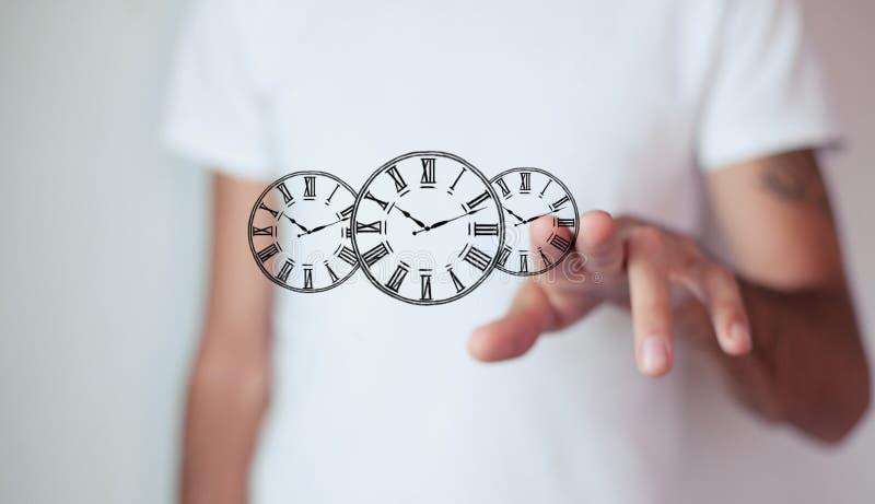 Orologio della tenuta dell'uomo d'affari Gestione di tempo di affari fotografia stock