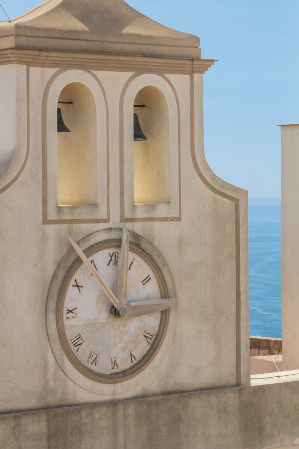 Orologio della torre sul sant'elmo di Castel a Napoli Italia immagine stock