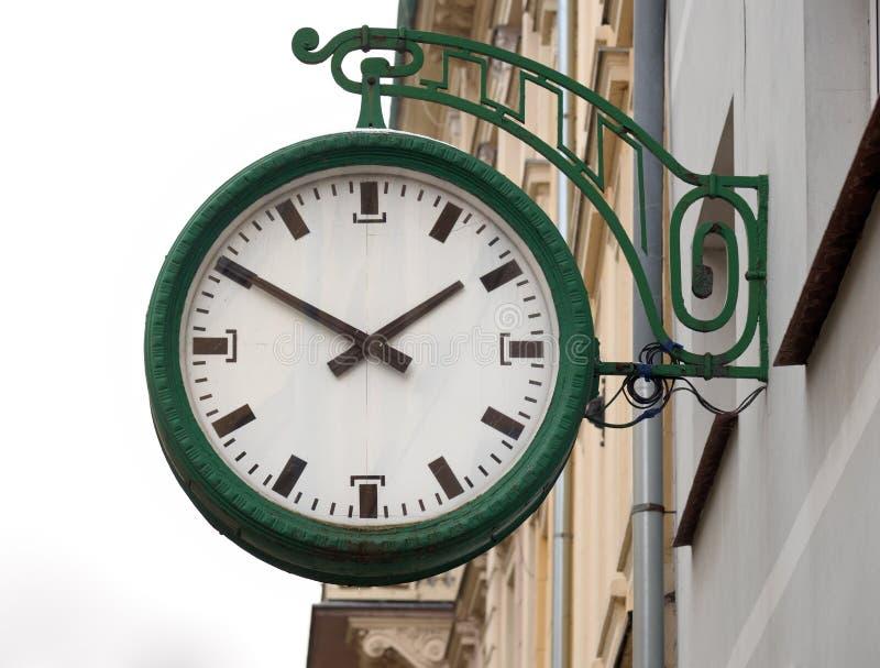 Orologio della via sulla parete della casa, Jelenia Gora, Polonia fotografia stock