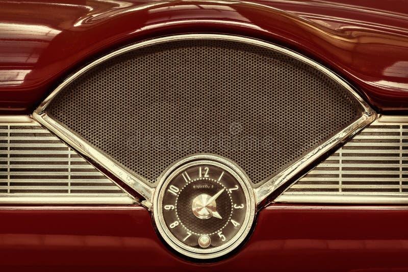 Orologio dentro un'automobile classica di anni '50 fotografia stock
