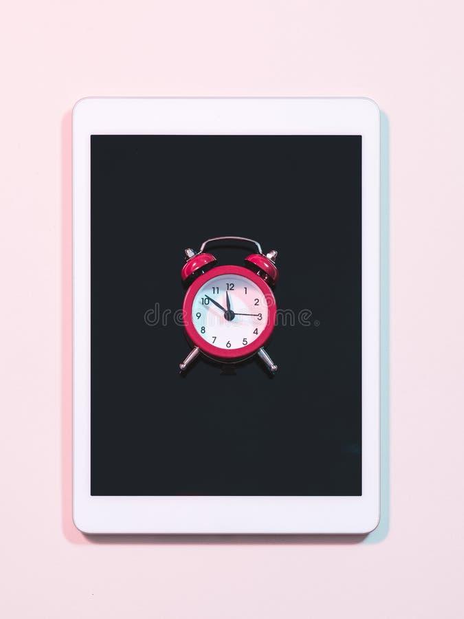 Orologio di compera online rapido dello schermo di computer della compressa fotografia stock libera da diritti