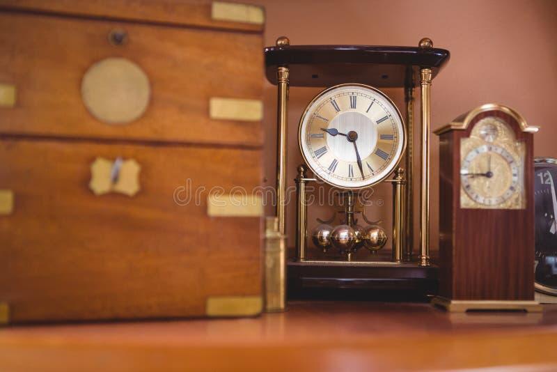 Orologio di orologio del pendolo sulla tavola immagini stock