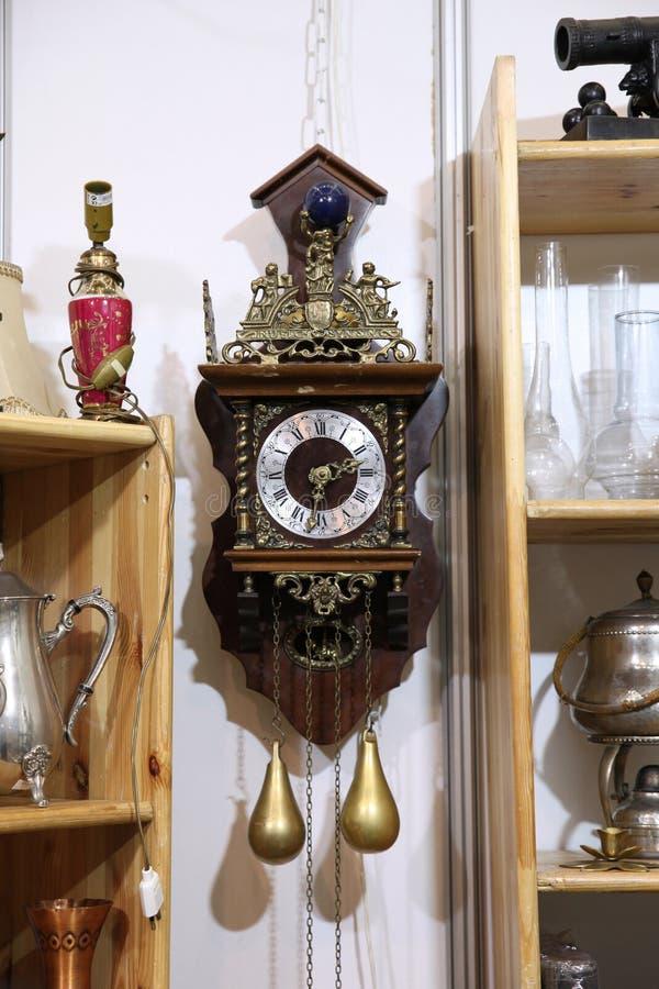 Orologio di parete antico con il pendolo fotografie stock libere da diritti