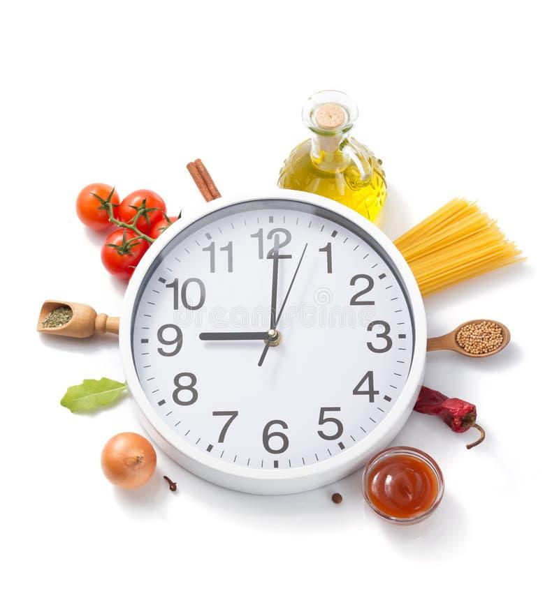 Orologio di parete ed erbe e spezie dell'alimento immagine stock