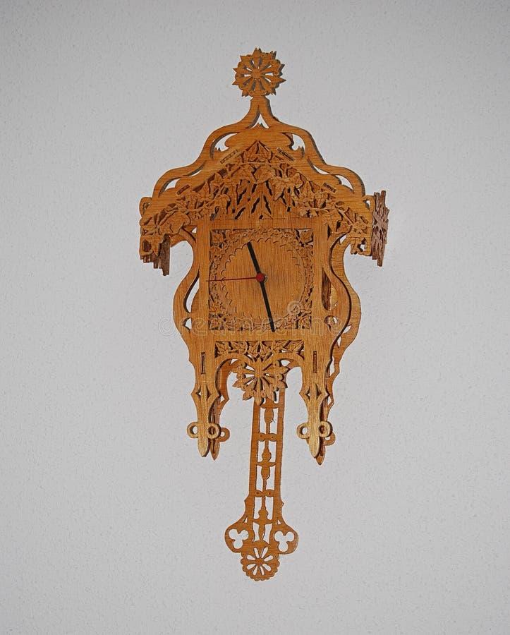 Orologio di parete fatto a mano di legno fotografie stock