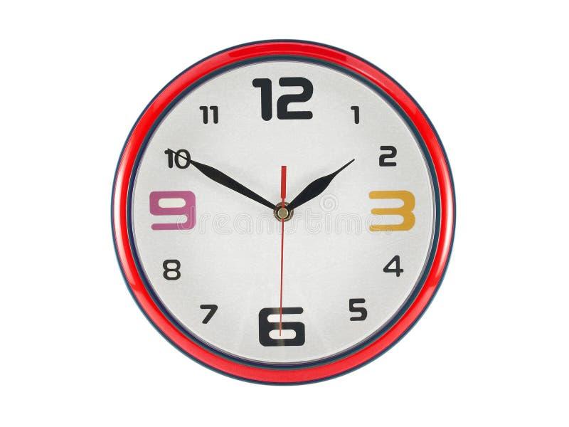 Orologio di parete a forma di rotondo variopinto del primo piano isolato su fondo bianco fotografia stock