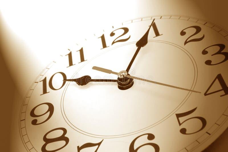 Orologio di parete nel tono marrone immagine stock