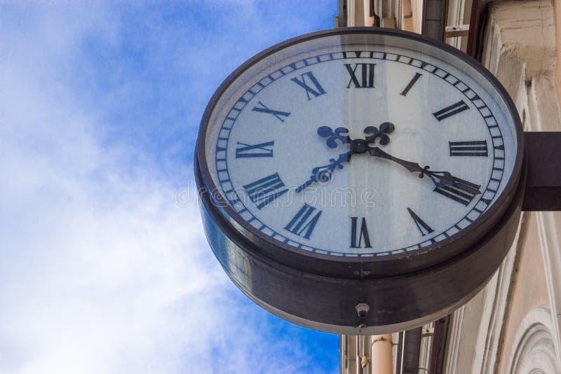 Orologio di parete sulla via immagine stock libera da diritti