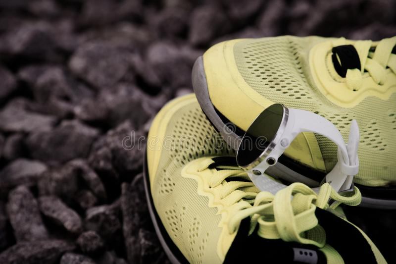 Orologio di sport per crossfit e triathlon sulle scarpe da corsa gialle Orologio astuto per addestramento quotidiano d'inseguimen immagini stock libere da diritti
