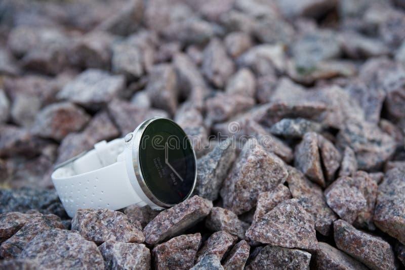 Orologio di sport per il triathlon sulla ghiaia del granito Orologio astuto per addestramento quotidiano d'inseguimento di forza  fotografie stock