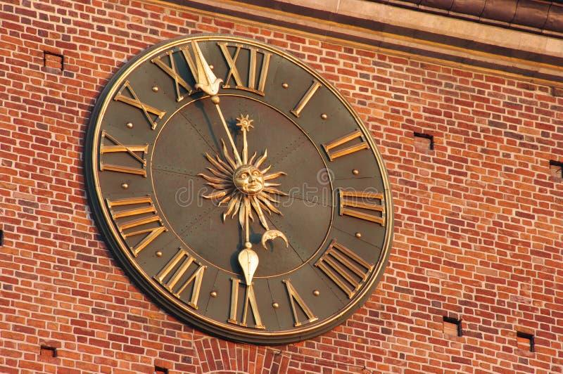 Orologio dorato a Cracovia fotografie stock