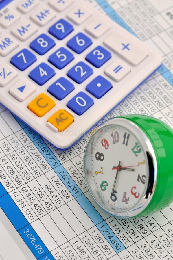 Orologio e calcolatore sui dati fotografia stock libera da diritti