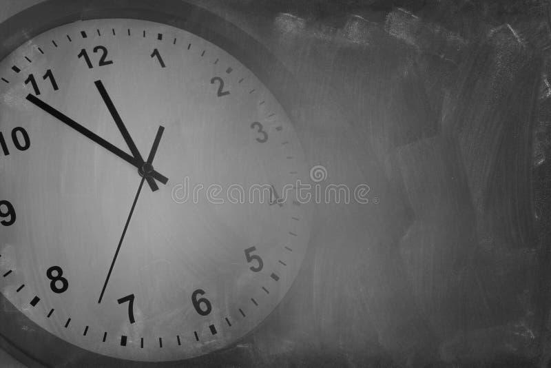 Orologio e lavagna fotografie stock