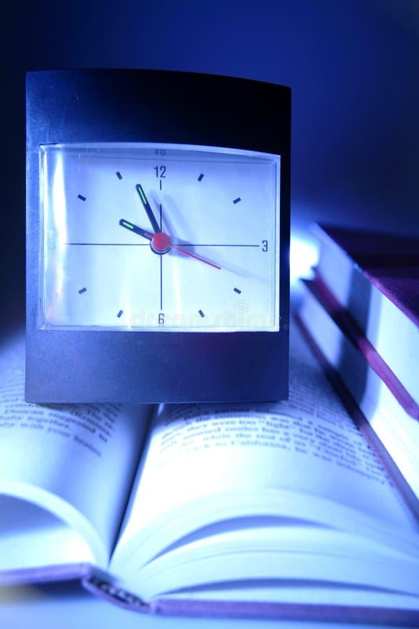 Orologio e libri fotografia stock