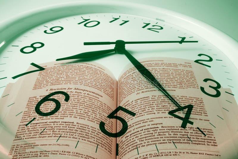 Orologio e libro fotografie stock libere da diritti