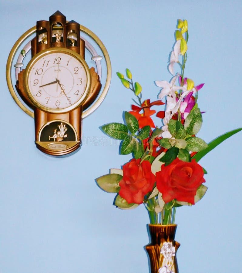 Orologio e vaso fotografie stock libere da diritti