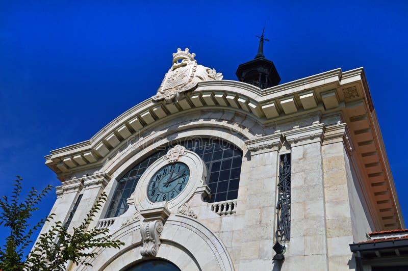 Orologio enorme sulla facciata del mercato centrale Mercado da Ribeira dentro fotografia stock