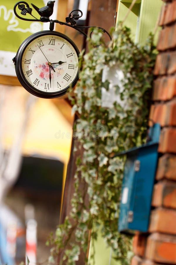 Orologio fissato al muro antico immagini stock