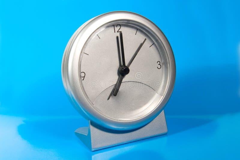 Orologio grigio semplice dello scrittorio fotografia stock