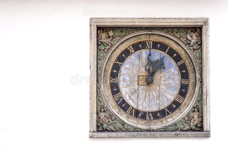 Orologio manufactural antico su una parete di una costruzione fotografia stock libera da diritti
