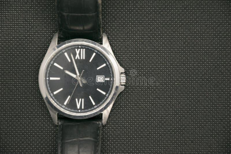 Orologio maschio di lusso sopra fondo controllato con lo spazio della copia Accessorio elegante dell'orologio fotografie stock
