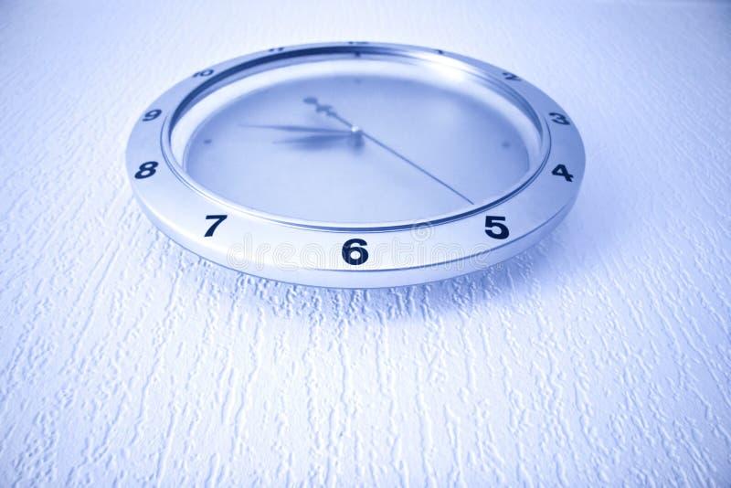 Orologio moderno sulla parete fotografie stock