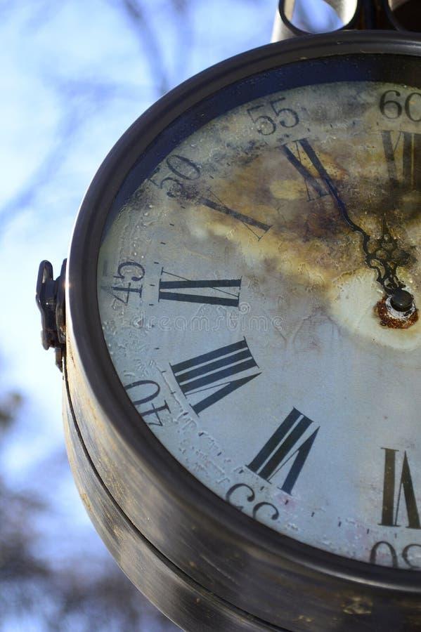 Orologio molto vecchio ed arrugginito della via fotografie stock
